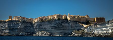 Bonifacio en korsikansk stad som byggs på ett kalkstenberg royaltyfria bilder