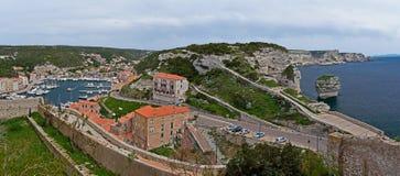 Bonifacio Harbor och klippakustlinje Arkivbild