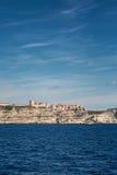 Bonifacio в Корсике садилось на насест на белых скалах над Mediterra Стоковые Изображения RF
