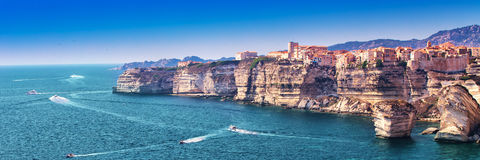 Bonifacio na pięknej biel skały falezie z morze zatoką, Corsica, Francja, Europa obraz stock