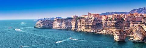 Bonifacio sulla bella scogliera bianca della roccia con la baia del mare, Corsica, Francia, Europa immagine stock