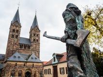 Bonifatius na frente da catedral em Fritzlar imagem de stock royalty free