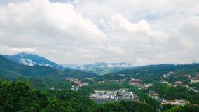 Boningar som omringas av bergen Royaltyfri Foto