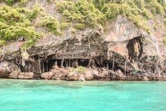 Bonita vista de la cueva de Viking donde las jerarquías del pájaro se recogen en la isla de Phi-Phi Leh en Krabi, Tailandia imagen de archivo libre de regalías