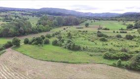 Bonito ajardina o trajeto que passa através dos prados e das florestas das alturas video estoque