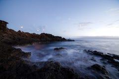 Bonito após o fulgor do por do sol em rochas na praia de Kaanapali em Maui Havaí fotos de stock royalty free