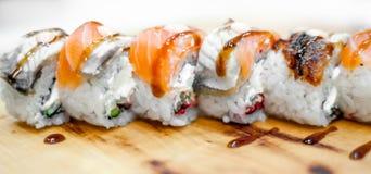 Bonito, brilhante, grupos do sushi, como um fundo, contra o contexto, close up foto de stock royalty free