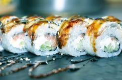Bonito, brilhante, grupos do sushi, como um fundo, contra o contexto, close up foto de stock