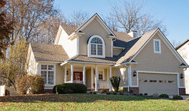 Bonito bronzear-se & desnate-se a casa na luz solar da tarde fotografia de stock royalty free