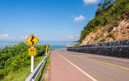 Bonito da pista de bicicleta ao longo do mar Imagens de Stock Royalty Free