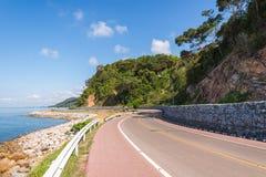 Bonito da pista de bicicleta ao longo do mar Fotos de Stock