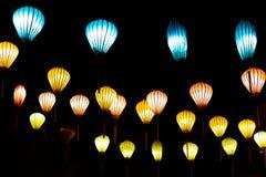 Bonito das lanternas da decoração leves no mercado da noite de Hoi An, Vietname fotos de stock