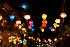 Bonito das lanternas da decoração leves no mercado da noite de Hoi An, Vietname foto de stock royalty free