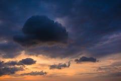 Bonito das nuvens e do céu no por do sol Imagens de Stock