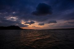 Bonito de um mar na noite com nuvens e céu no por do sol Fotografia de Stock Royalty Free
