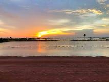 Bonito e bastante por do sol perto do lago da seiva do tonle, cambodia imagens de stock royalty free