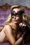 Bonito e jovem mulher que levantam na roupa interior 'sexy' e em m Venetian foto de stock royalty free