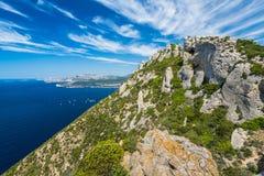 Bonito e penhascos sobre a baía do ` Azur da costa d Foto de Stock Royalty Free