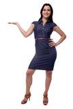 Bonito em uma mulher do vestido que guarda ou que apresenta algo em completo isolado no fundo branco Fotos de Stock Royalty Free