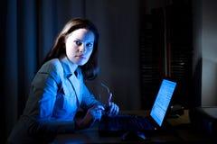 Bonito está trabalhando no Internet tarde Imagem de Stock Royalty Free