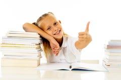 Bonito bonito feliz com a estudante pequena do cabelo louro gosta de estudar e livros de leitura no conceito criativo da educação imagens de stock royalty free