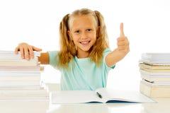 Bonito bonito feliz com a estudante pequena do cabelo louro gosta de estudar e livros de leitura no conceito criativo da educação fotografia de stock royalty free