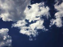 Bonito ilumine - o céu azul e as nuvens brancas Céu claro no dia de verão imagem de stock royalty free