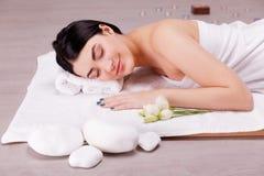 Bonito, jovem mulher no salão de beleza dos termas Tratamento da massagem foto de stock royalty free