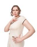 Bonito mais a mulher do tamanho que mostra o sinal e pisc quietos Imagens de Stock