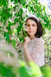 Bonito, moça com a pássaro-cereja na floresta Imagem de Stock