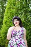 Bonito novo mais a menina do tamanho entre as plantas sempre-verdes no peixe-agulha Imagem de Stock Royalty Free