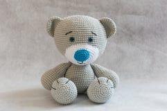 Bonito pequeno faz crochê o brinquedo do urso Imagens de Stock Royalty Free