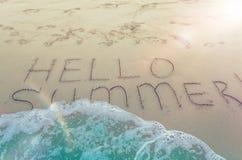 Bonjour été écrit sur la plage Photo libre de droits