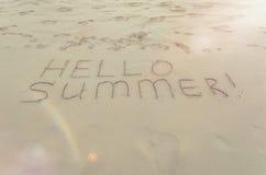Bonjour été écrit sur la plage Images stock