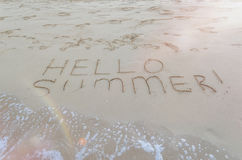 Bonjour été écrit sur la plage Photo stock