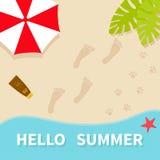 Bonjour été Vue aérienne supérieure Échouez, océan de mer, sable, parapluie rouge, feuille de palmier Photographie stock