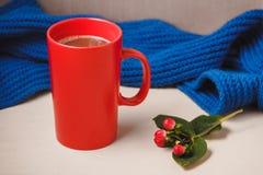 Bonjour avec du chocolat chaud sur la table en bois Images stock