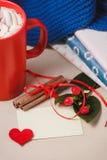 Bonjour avec du chocolat chaud sur la table en bois Photographie stock libre de droits