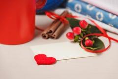 Bonjour avec du chocolat chaud sur la table en bois Photo stock