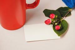 Bonjour avec du chocolat chaud sur la table en bois Image stock