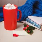 Bonjour avec du chocolat chaud sur la table en bois Photo libre de droits