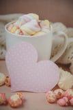 Bonjour avec du chocolat chaud sur la table en bois Photographie stock