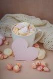 Bonjour avec du chocolat chaud sur la table en bois Image libre de droits