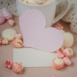 Bonjour avec du chocolat chaud sur la table en bois Photos libres de droits