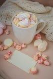 Bonjour avec du chocolat chaud sur la table en bois Photos stock