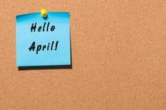 Bonjour avril - avis goupillé au panneau d'affichage de liège avec l'espace vide pour le texte images libres de droits