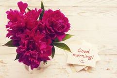 Bonjour ! Bouquet des pivoines roses et la carte blanche avec bonjour inscription ! Image libre de droits