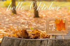 Bonjour carte de voeux d'octobre Feuilles d'érable d'automne photographie stock libre de droits