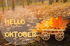 Bonjour carte de voeux d'octobre L'érable d'automne part du fond images stock