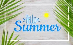 Bonjour concept étendu plat de fond d'affiche de concept de vacances de voyage d'été Bonjour texte d'été sur le fond en bois blan photographie stock libre de droits